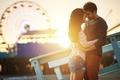 Картинка широкоэкранные, HD wallpapers, обои, шорты, hug, брюнетка, love, background, men, широкоформатные, sun, happy, пара, чувства, ...