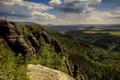 Картинка луга, просторы, зелень, голубое небо, скалы, облака