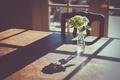 Картинка ваза, цветы, стол, окно, тень