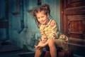 Картинка Девочка, платье, дверь, чемодан