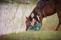 Картинка конь, жажда, улыбка, озеро, лето, трава, лошадь, платье, азиатка
