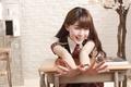 Картинка девушка, лицо, улыбка, волосы, руки, пальцы, парта