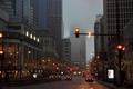 Картинка авто, машины, город, туман, пасмурно, улица, вечер, светофор, чикаго