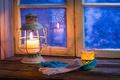 Картинка зверобой, отражение, зима, чая, lantern, lamp, тепло, морозные, узоры, подстаканник, фонарь, стакан, подоконник, ромашка, окно, ...