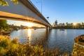 Картинка Brisbane, лучи, мост, рассвет, катера, Австралия, солнце, небо, река