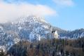 Картинка зима, лес, небо, облака, снег, деревья, горы, замок, башня, Neuschwanstein, бавария, германия, людвиг