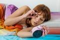 Картинка девушка, глаз, часы, будильник, лежит, шатенка, звонок, в постели, открыла, проснулась