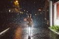 Картинка дождь.походка, Walking in the Rain, ночь, город, девушка