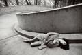 Картинка босиком, брюнетка, фотограф, лежит, черно-белое, певица, пальто, Lana Del Rey, Лана Дель Рей, Billboard, на ...