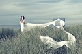 Картинка небо, трава, девушка, ткань, одежда