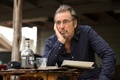 Картинка стакан, стол, бутылка, кадр, очки, актер, рубашка, Al Pacino, Аль Пачино, Манглхорн, Manglehorn
