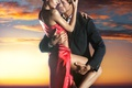 Картинка закат, платье, страсть, девушка, feeling, lovers, passion, embrace, красное, любовь, red dress, парень, объятия