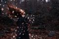 Картинка листья, девушка, ветер, ситуация