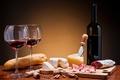 Картинка вино, красное, бутылка, сыр, бокалы, хлеб, мясо, колбаса, батон, камамбер