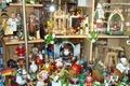 Картинка стекло, блик, фигурки, витрина, полки, сувенир, деревянные, сувениры