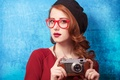 Картинка очки, взгляд, рыжие волосы, фотоаппарат, девушка