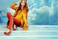 Картинка девушка, желтый, поза, джинсы, лестница, туфли, красные, ступеньки, шатенка, красотка, плащ, брюки, джемпер, Izabela Magier