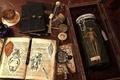 Картинка лаборатория, стол, лупа, банка, арт, книга, записи, виски, исследование, стакан, существо