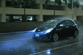 Картинка Toyota yaris, дождь, машина, брызги, едет, лужи
